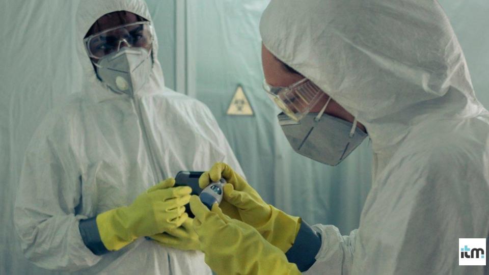 Health workers wearing N95 masks | iTMunch